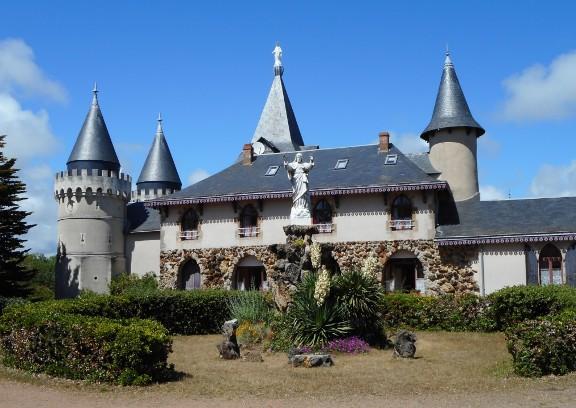 http://www.sacrescoeursmormaison.org/wp-content/uploads/2021/02/24-La-cour-du-chateau-1.jpg