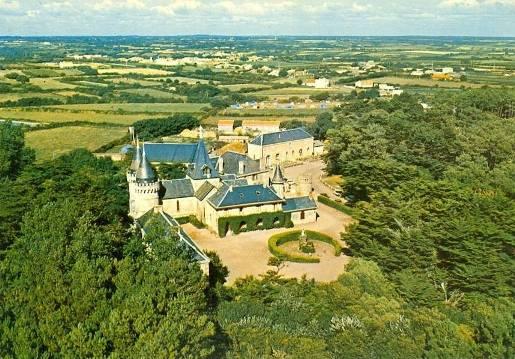 http://www.sacrescoeursmormaison.org/wp-content/uploads/2021/02/3-Vue-aerienne-du-chateau-avant-la-construction-des-villages-vacances.jpg