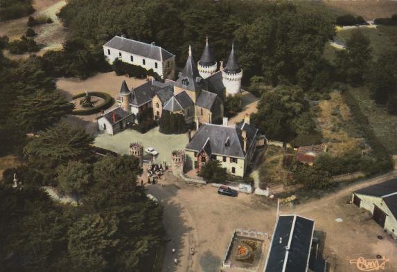 http://www.sacrescoeursmormaison.org/wp-content/uploads/2021/02/4-Vue-aerienne-du-chateau-et-de-la-Maison-Familiale-avant-la-construction-des-villages-vacances.png