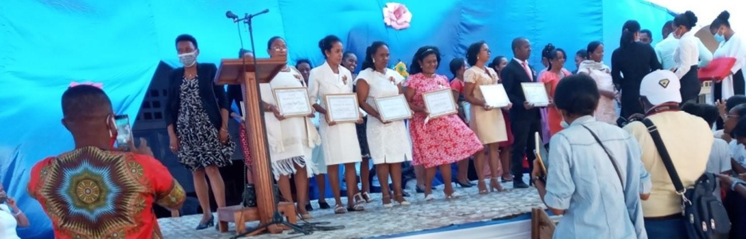 Décoration en chevalier de l'ordre national, médailles du travail des enseignants et du personnel de l'école Notre Dame (Madagascar)