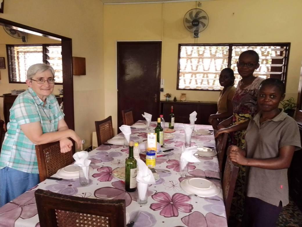 https://www.sacrescoeursmormaison.org/wp-content/uploads/2021/07/Visite-a-Makelekele-avec-des-jeunes-aspirantes-et-Merci-B-postulante.jpg